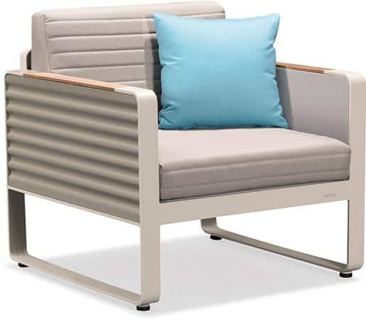 Silla del set Portland de mobiliario de exterior de color crema con un cojín azul
